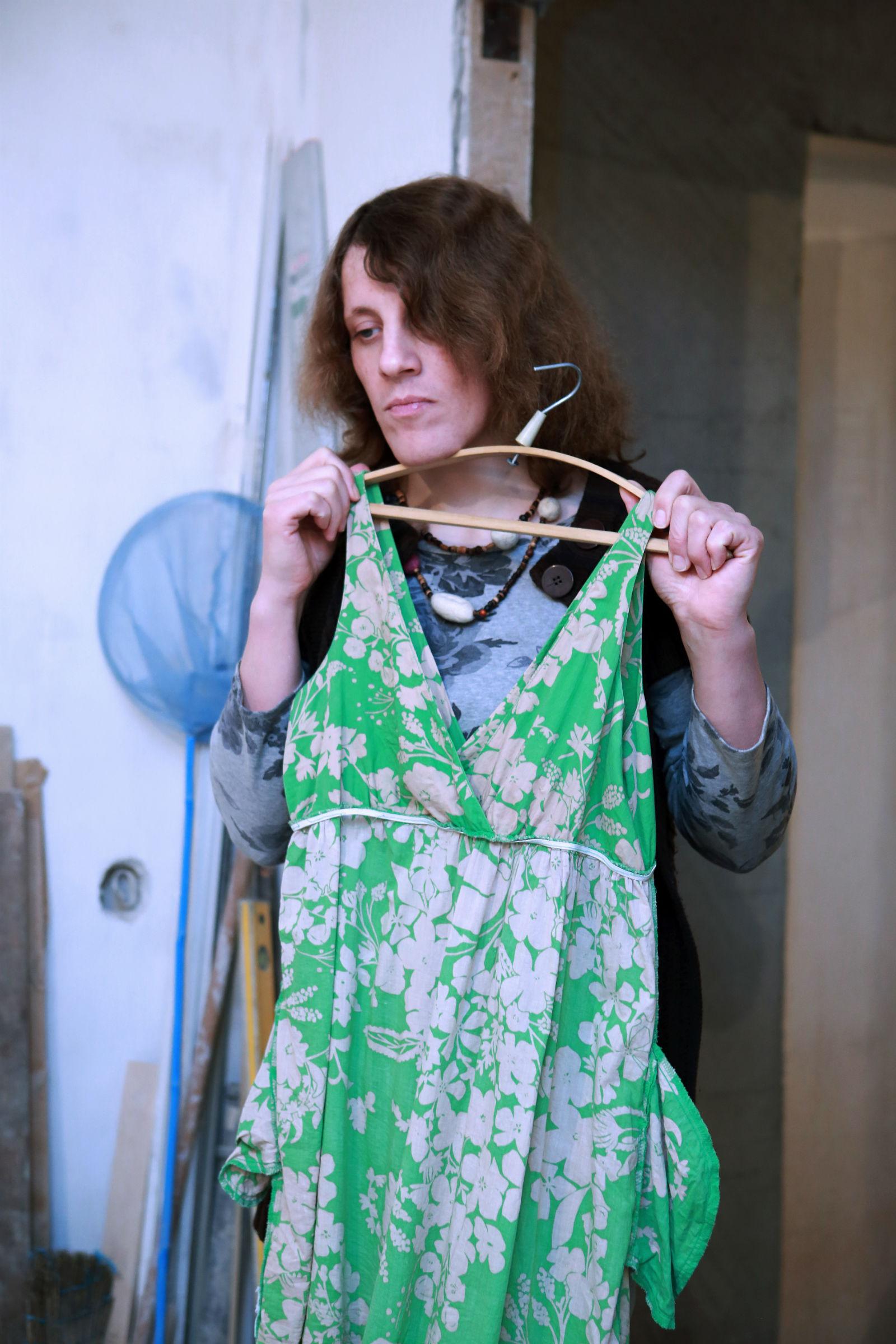 Алина примеряет платье у себя дома.