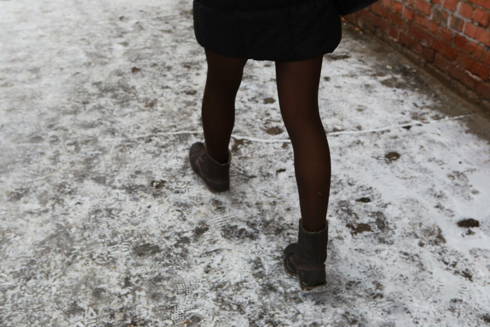 """Alina läuft die Kastrychnitskaya Straße in einem relativ """"liberalen"""" Viertel von Minsk entlang"""