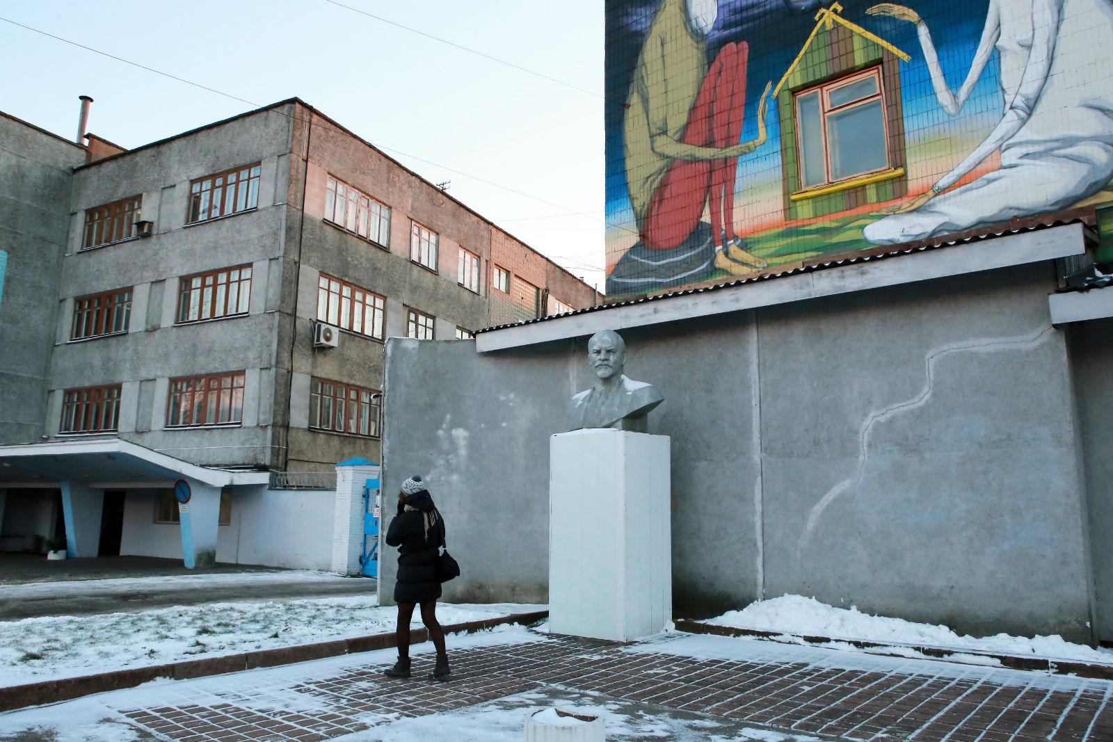 Вид на Кастрычницкую улицу в относительно либеральном районе Минска. Можно все еще увидеть бюст Ленина - символ коммунистического прошлого Минска.