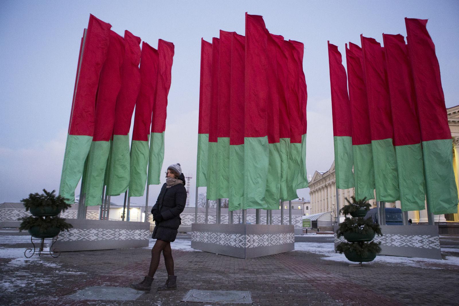 Alina cammina per la piazza Oktyabrskaya