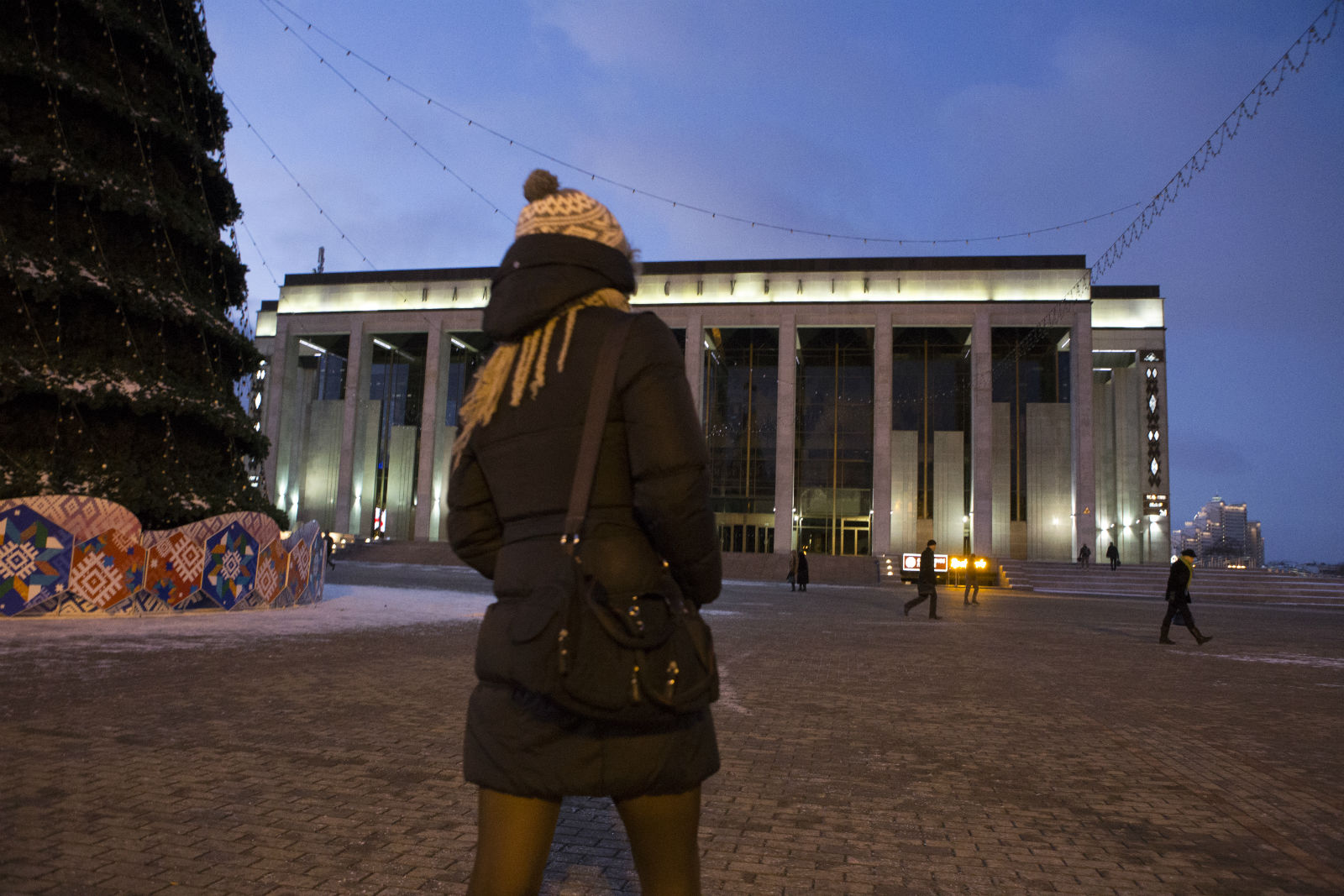Alina überquert den Oktoberplatz in Minsk
